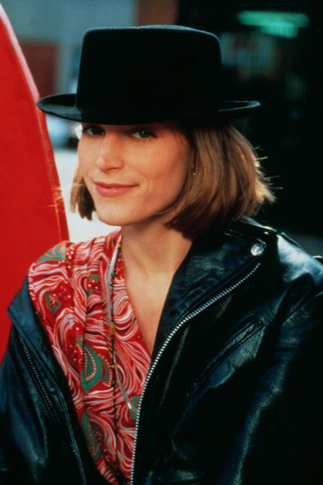 singles in fonda Singles (br / pt: vida de solteiro) é um filme escrito e dirigido por cameron crowe, lançado em 1992, estrelando bridget fonda, campbell scott, kyra sedgwick e.