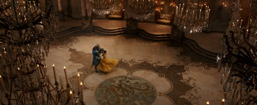 BEAUTY AND THE BEAST, FROM LEFT: DAN STEVENS, EMMA WATSON, 2017. © WALT DISNEY PICTURES