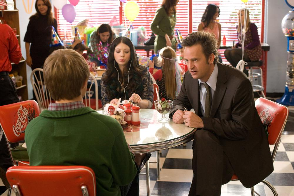 17 AGAIN, (aka SEVENTEEN AGAIN), foreground seated from left: Sterling Knight, Michelle Trachtenberg, Matthew Perry, 2009. ©New Line