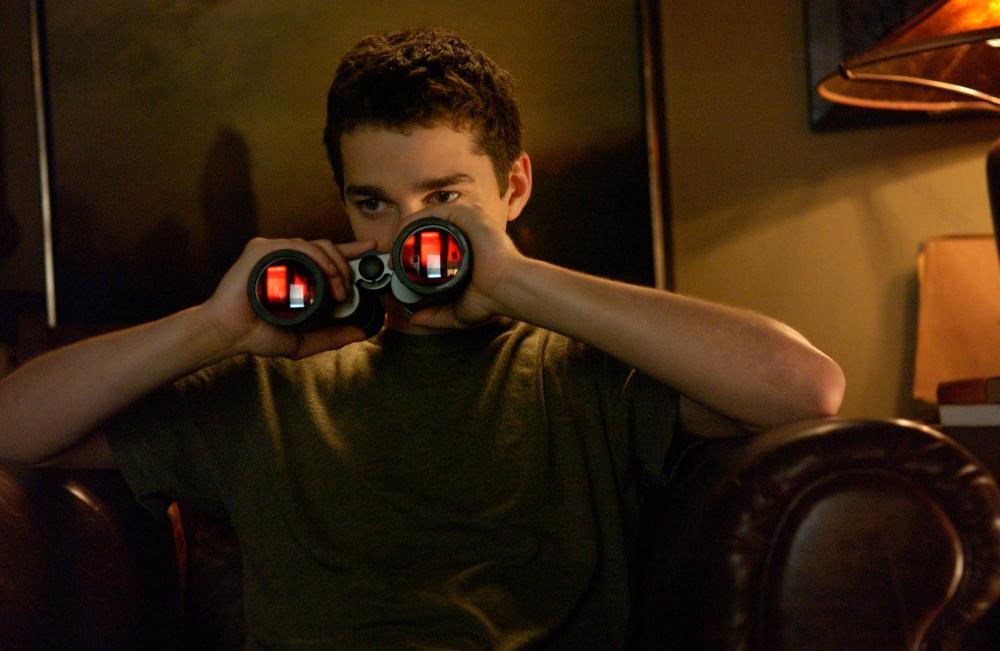 Acosadores la espiaban por la ventana, mirá lo que hizo!