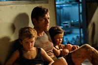 THE IMPOSSIBLE, from left: Samuel Joslin, Ewan McGregor, Oaklee Pendergast, 2012. ph: Jose Haro/©Summit Entertainment