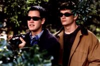 DEAD MAN ON CAMPUS, Mark Paul Gosselaar, Tom Everett Scott, 1998, sunglasses