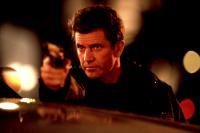 LETHAL WEAPON 4, Mel Gibson, 1998, gun
