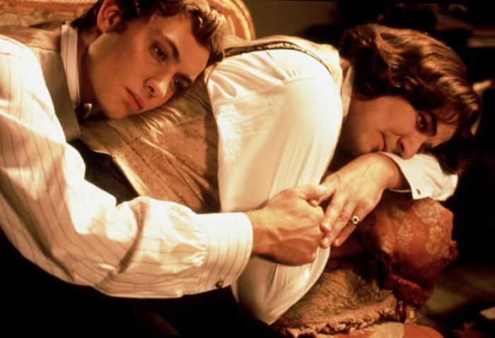 Видео к фильму Уайльд (1997): Трейлер. Смотреть онлайн.