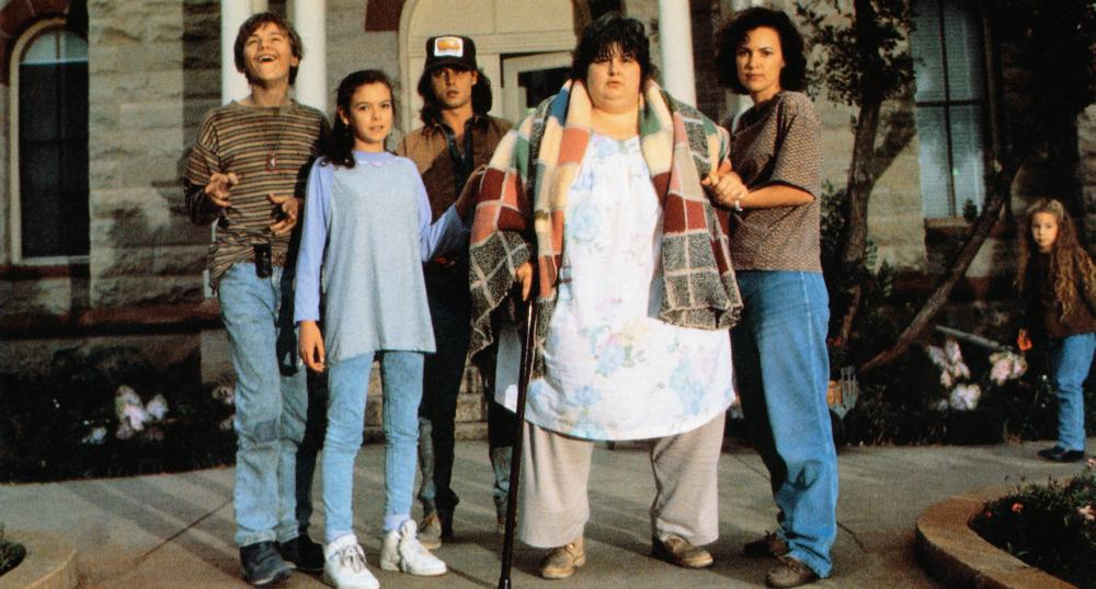 WHAT'S EATING GILBERT GRAPE, from left: Leonardo DiCaprio, Mary Kate Schellhardt, Johnny Depp, Darlene Cates, Laura Harrington, 1993, © Paramount
