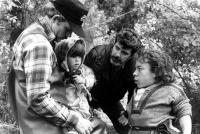 WILLOW, Director Ron Howard, Dawn Downing, Exec. Producer George Lucas, Warwick Davis on set, 1988. ©MGM/